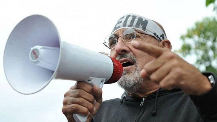 """Carlos """"El Perro"""" Santillán en diálogo telefónico con Radio Atomika declaró que """"hay trabajadores municipales que cobran entre 1500 y 2000 pesos mensuales"""" y que deben terminar con el """"escalafón […]"""